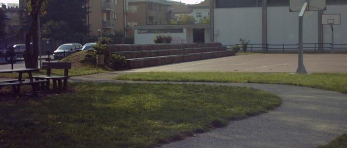 Parco con campo da basket