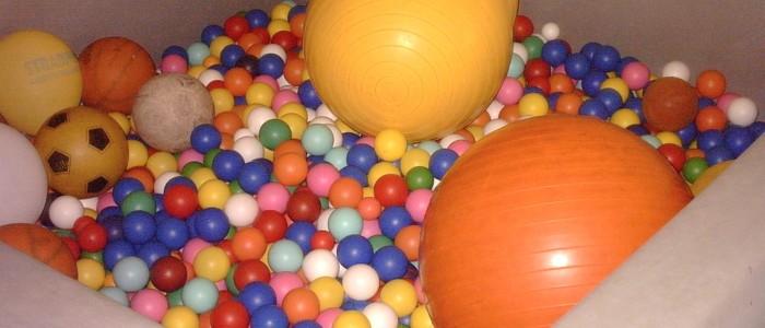 Piscina con palline della Classe Arcobaleno